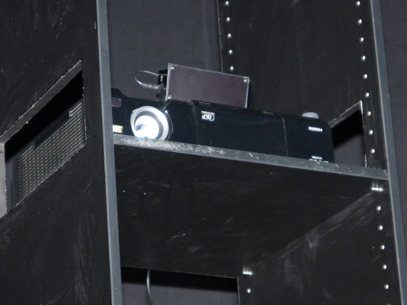 3D対応プロジェクタ試作機のデモ上映も