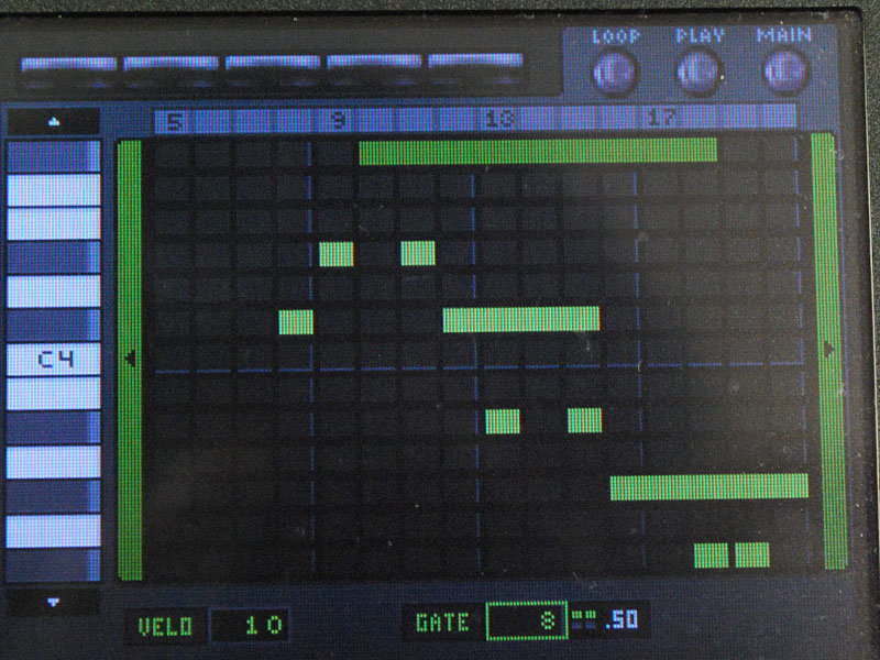 KORG M01のシーケンス画面。ピアノロール風な画面で和音も鳴らせるし編集機能もDS-10より向上している