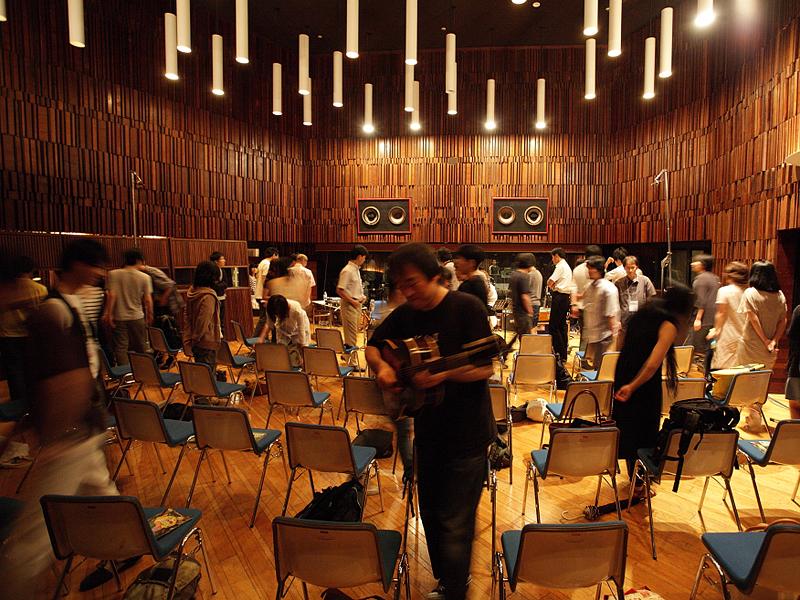 大友さんが観客とともに歩きながら演奏したものをレコーディングしている(Photo:Takashi_Yashima)