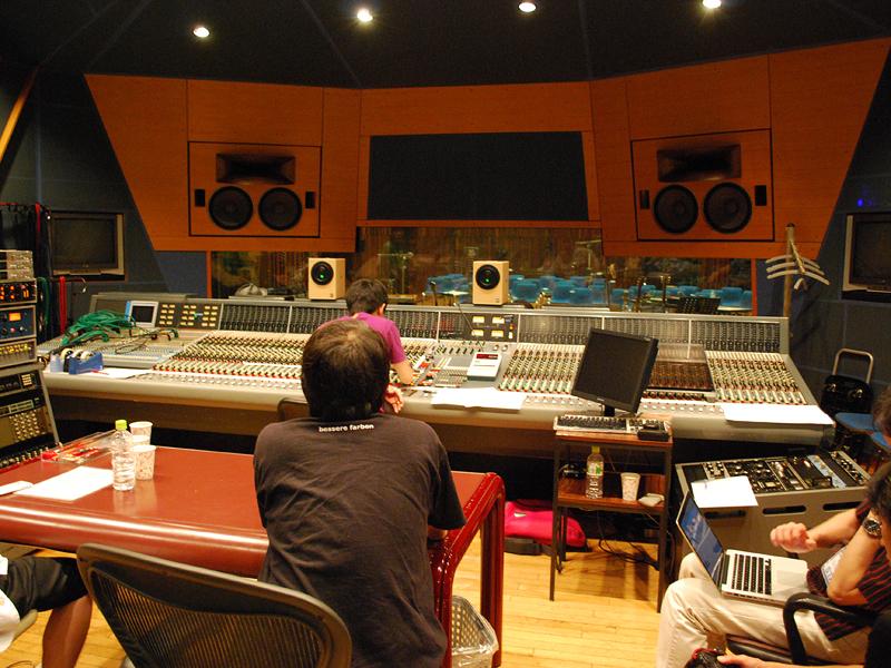 レコーディング・ライブ終了後には、コントロールルームへと移動し、葛西さんの指揮のもと即ミックス作業に入った