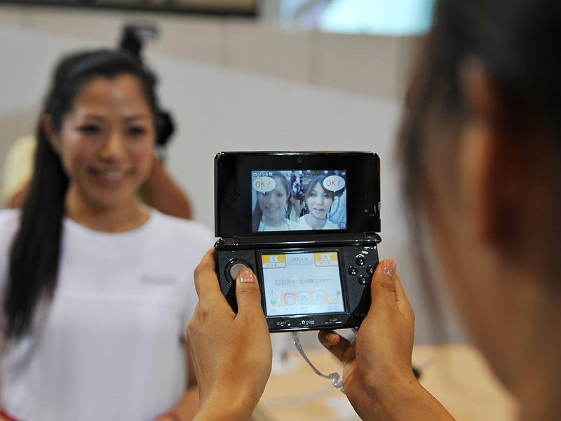 <FONT size=2>外側のカメラと内側のカメラを使って、自分と相手の合成写真が撮影できる</FONT>