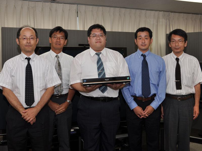 左から高画質技術担当の甲野氏、高音質技術担当の梅迫氏、ネットワークやi.LINKなどを担当した大西氏、ネットワーク関連担当の三宅氏、高画質技術担当の則竹氏