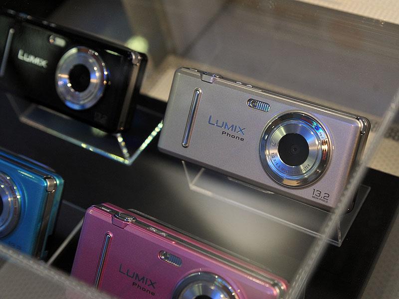 参考展示されたLUMIX Phone。1,320万画素のデジカメ機能を備えた携帯電話となる