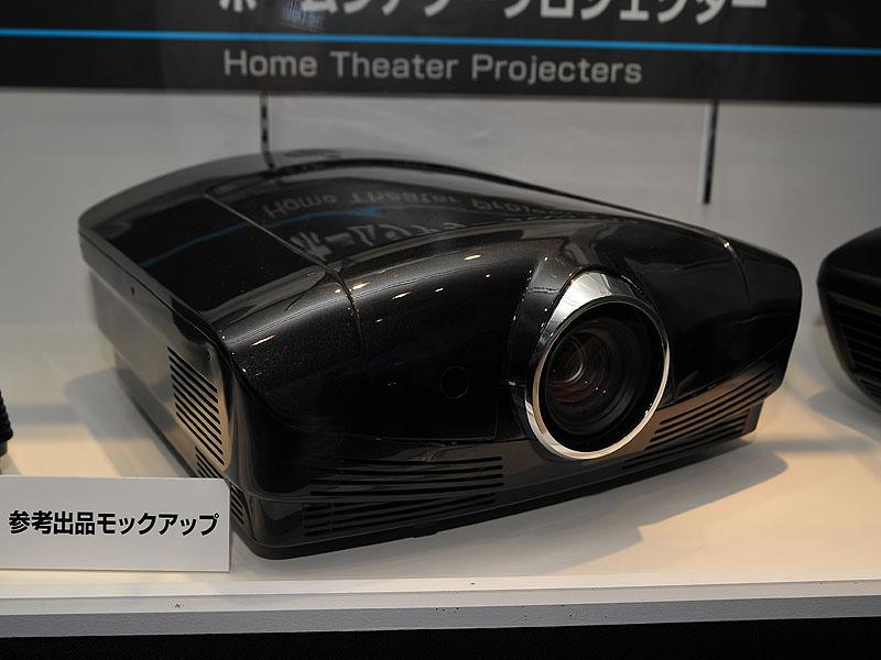 0.61型/フルHDのSXRDパネルを採用する3D対応フロントプロジェクタを日本初公開