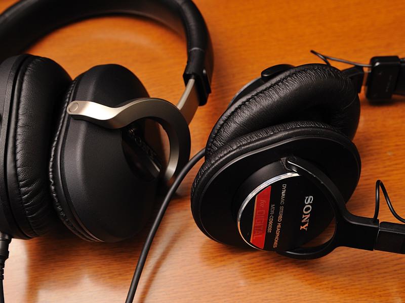 左がZ1000、右が「MDR-CD900ST」。ハウジングの薄さに注目