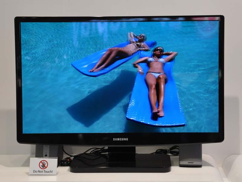 Samsungの30型有機EL。3D表示にも対応する