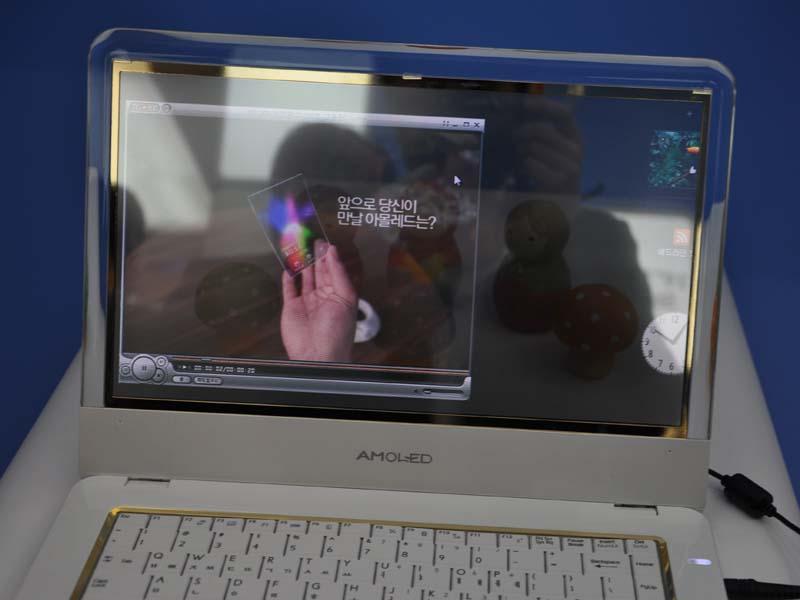 透明有機ELディスプレイ。14型で960×540ドット
