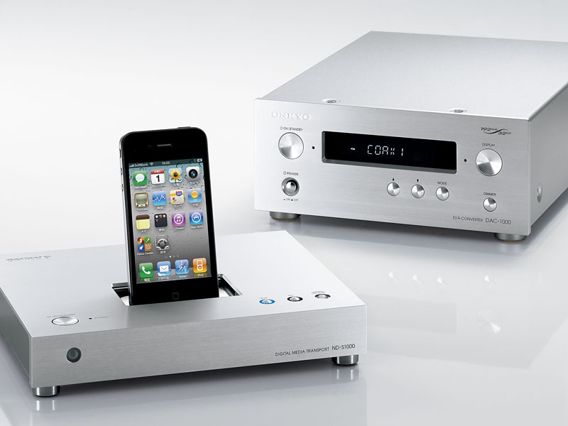 ND-S1000(左)と、同じ幅215㎜の単体DACのDAC-1000(右)