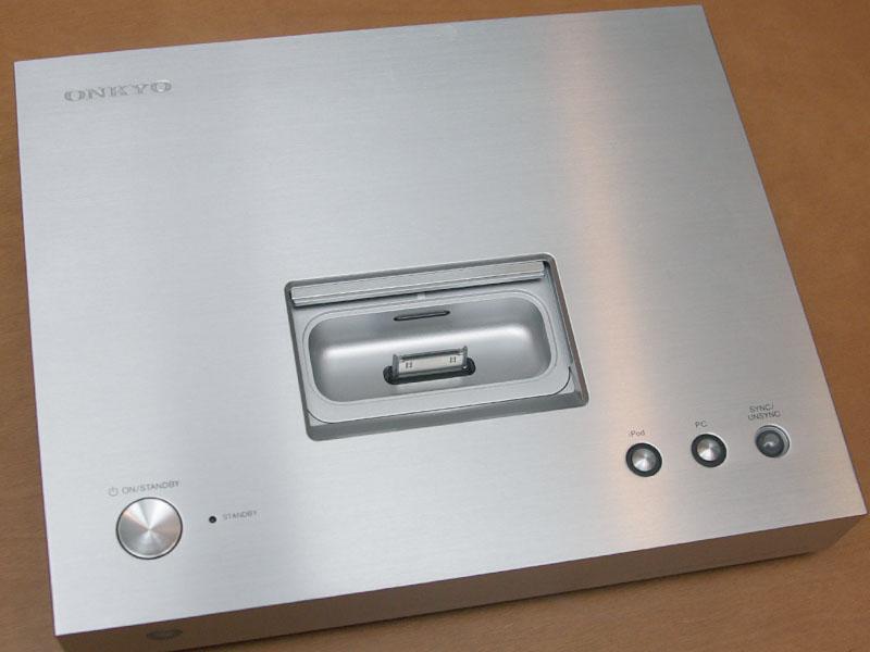 天面。iPod/iPhoneを使用しない場合はDockコネクタ部をカバーで覆うことができる