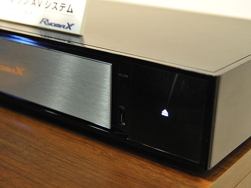 向かって右側にイジェクトボタン、パネルの右側にUSB端子やMELINKを受信しているときに光るランプを備えている