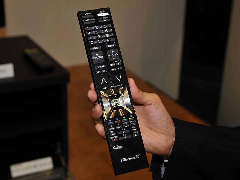 付属リモコン。大きな「A」と「V」のキーが配置されているのが特徴。その間にある銀色の細長いボタンを押すとMELINKがダイレクトに呼び出せる