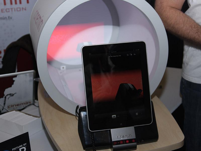 iPadを装着できる、WowWeeの小型DLPプロジェクタ「cinemin SLICE」
