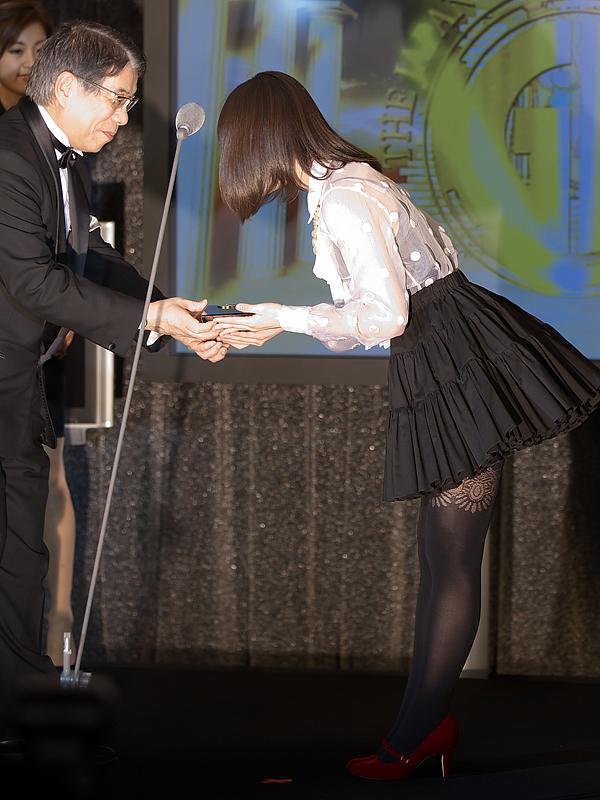 トロフィーを手渡された、北乃きいさんは「2011年も、歌とお芝居を両立して頑張っていきたいと思っていますので、今年もよろしくお願いします」と挨拶した