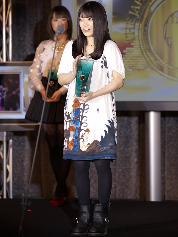 MIWAさんは、「このような賞をいただけて、とても嬉しいです。この賞に恥じぬように、今年も精一杯曲作りをして、いい曲をたくさん、届けていけたらいいなと思っています。今年も、よろしくお願いします」とコメントした
