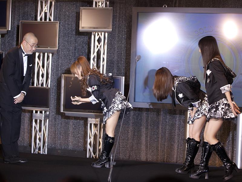 AKB48を代表して3人が、トロフィーを受け取った