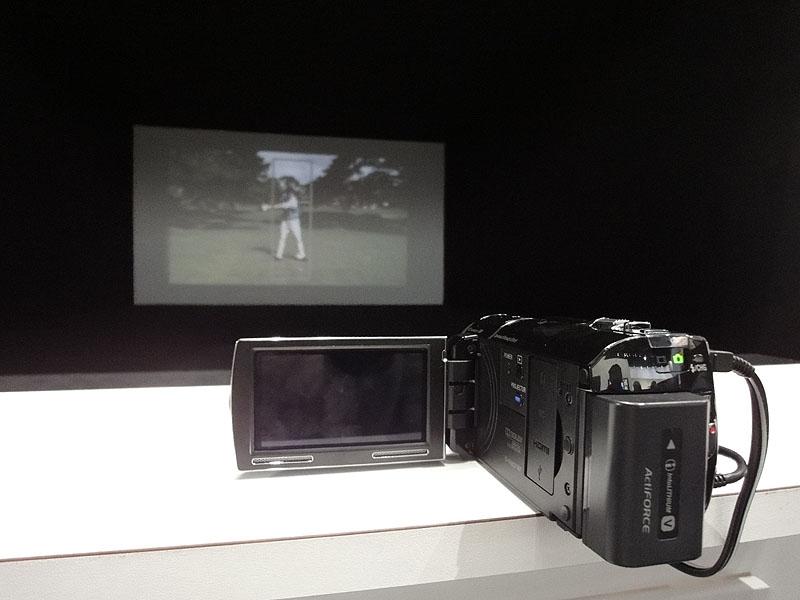 液晶裏側のプロジェクタから映像を投影できる。写真はHDR-PJ50V