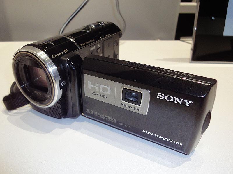 液晶モニタの裏側にプロジェクタを搭載。写真はHDR-PJ10
