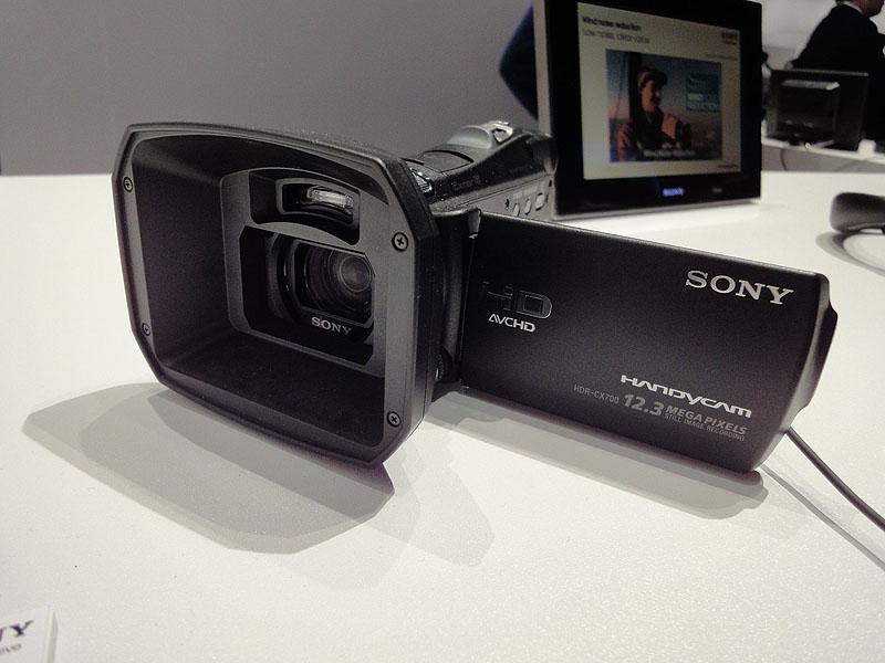 特徴的なレンズフード、HDR-CX700V
