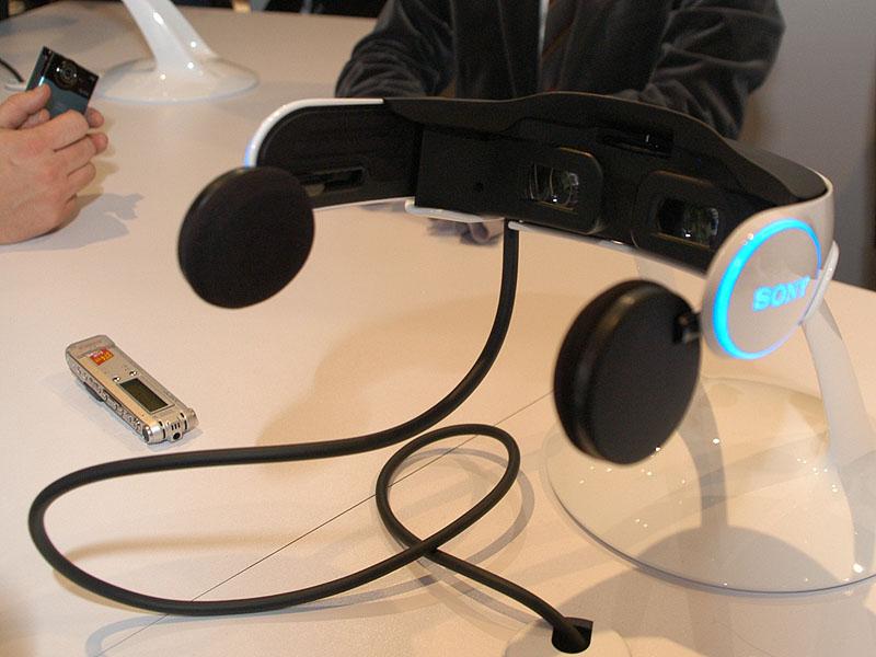 イヤパッド部分がバーチャル5.1chサラウンドに対応したヘッドフォン。試作機ということもあって固定用のヘッドバンドは無し