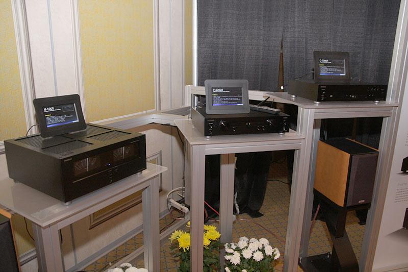 左からパワーアンプの「M-5000R」、プリアンプ「P-3000R」、CDプレーヤー「C-7000R」