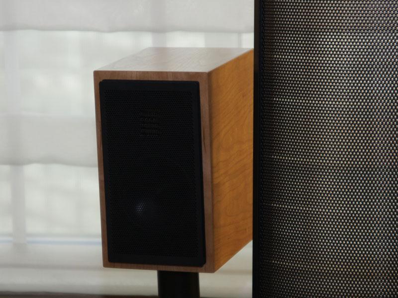 MARTIN LOGANは、シアタースピーカーの新製品として、トールボーイ型「Motion LX26」(写真左:価格未定)や、ブックシェルフの「Motion LX」(写真右:799,95ドル/ペア)を発売する