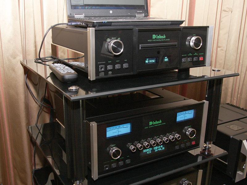 McIntoshのUSB入力搭載プリアンプ「C50」(下)とSACD/CDプレーヤー「MCD1100」(上)