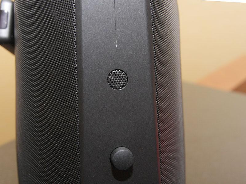 前面。タッチセンサー操作の再生ボタンや、ボリューム表示、マイクなどを装備