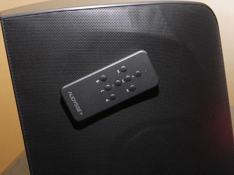 リモコンにはマグネットも備え、側面グリルなどにつけておくことも可能