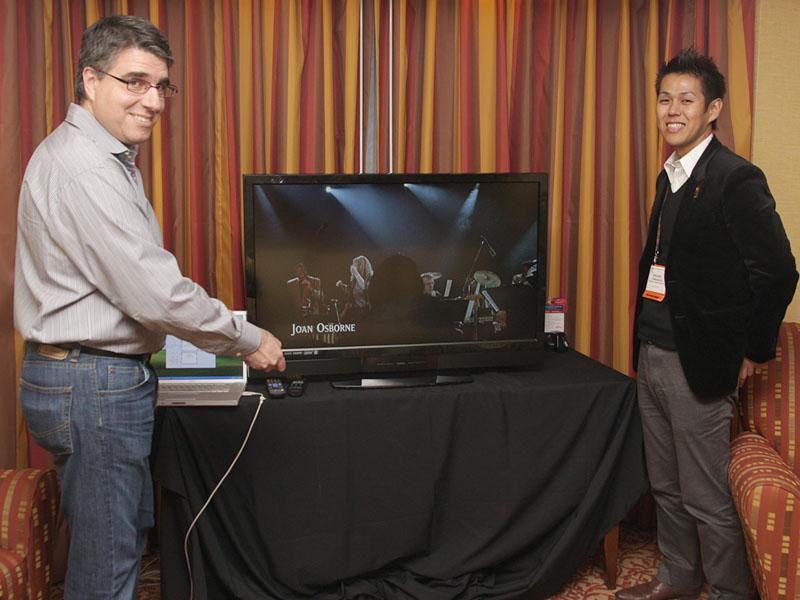 Bass XTを内蔵したテレビ試作機。写真左はCTOのChris Kyriakakis氏、右はビジネスディベロップメントディレクターの山中幹大氏