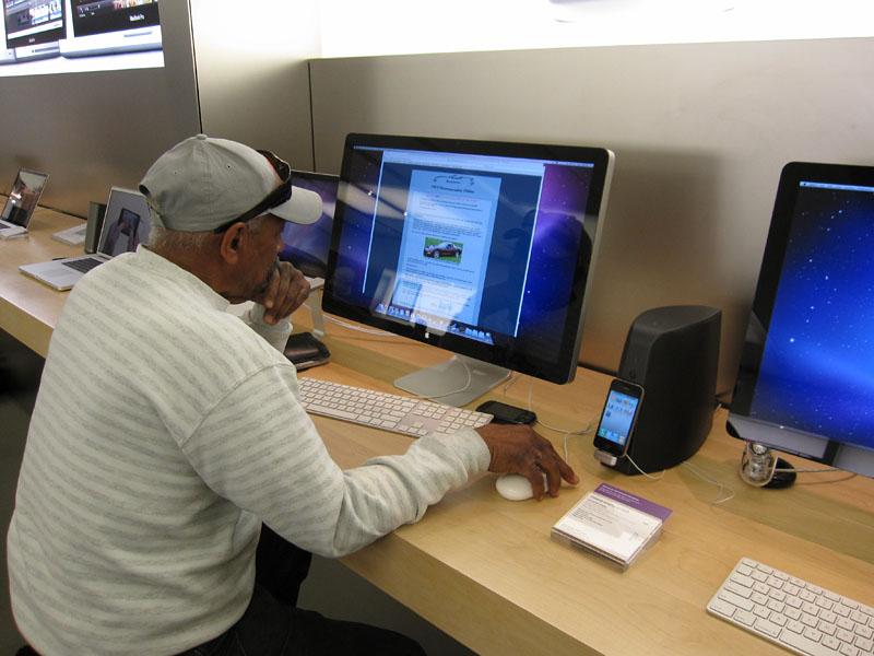 CESの行なわれたラスベガスにあるApple Storeでも「South of Market」が展示/発売。Macのコーナーにも常設されている
