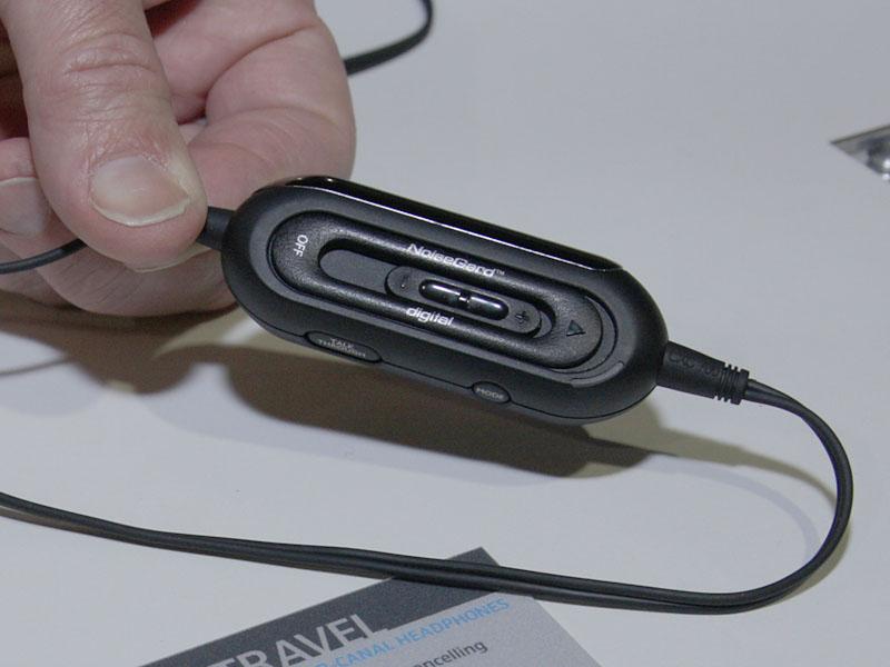ケーブル中間部のコントローラで、ボリューム調整やNCのモード切替が可能