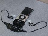 「SA7」ワイヤレスユニットを装着した状態。iPod nanoに装着されているのがトランスミッタで、イヤフォンにつなげられている首掛け型のユニットがレシーバ