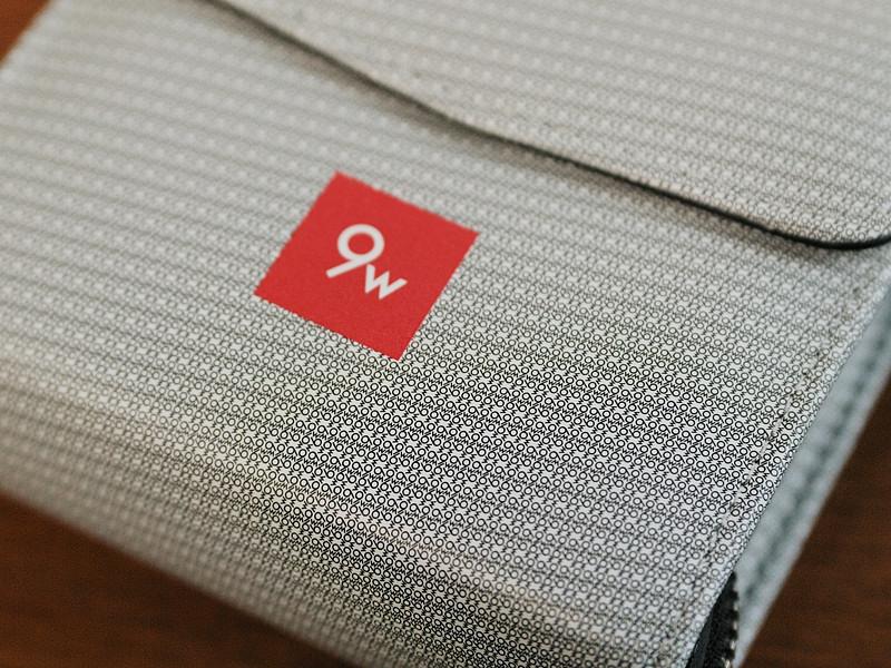 表面の模様は、メーカーのロゴマークで構成されている