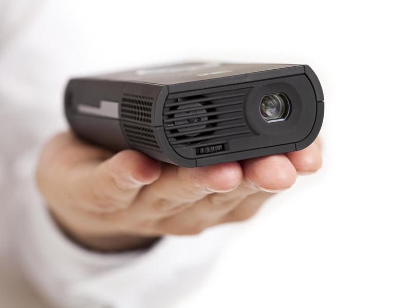 手のひらサイズで、バッテリ内蔵のため、持ちながらでも投写できる