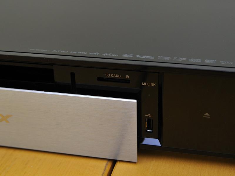 右側にSDカードスロットとUSB端子