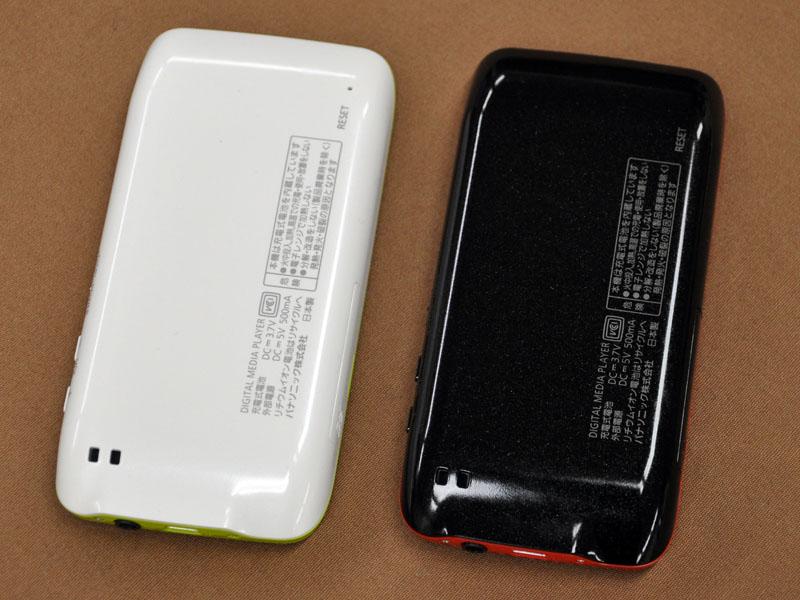 背面。カラーはブラック(左)とホワイト(右)。写真は試作機のため実際の製品とは異なる場合があります