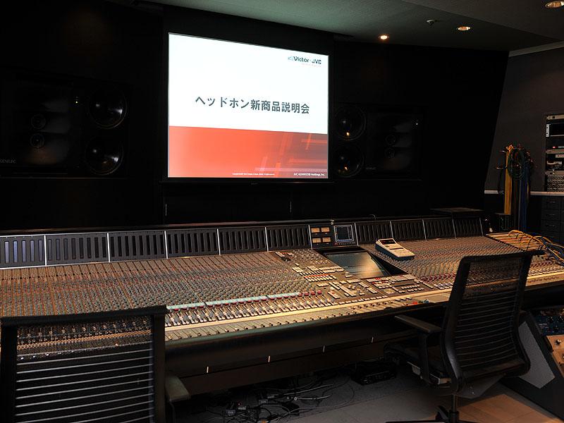 <FONT size=2>このスタジオで、ヘッドフォンの音が実際に作りこまれていったという</FONT>