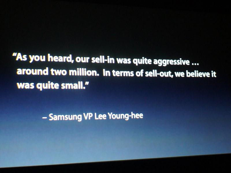 Samsungのバイスプレジデントの発言を引用し、「200万台を出荷したが、実売数は少ない。まだ棚に残っているのではないか」と、ライバルの売上についてチクリ