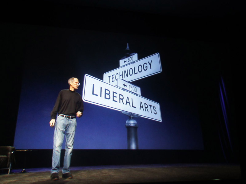 「技術とリベラルアーツ、人間性の結合」が必要、と語るジョブズ氏。性能競争とは一線を画する姿勢を見せた