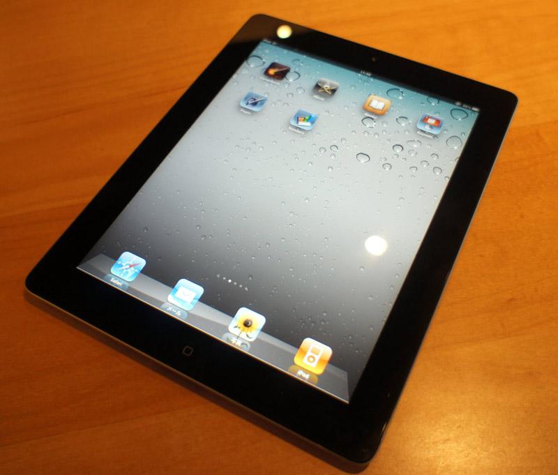 iPad 2ブラックモデル。裏面を見ない限り、iPadと同様の印象。カメラの存在がポイント