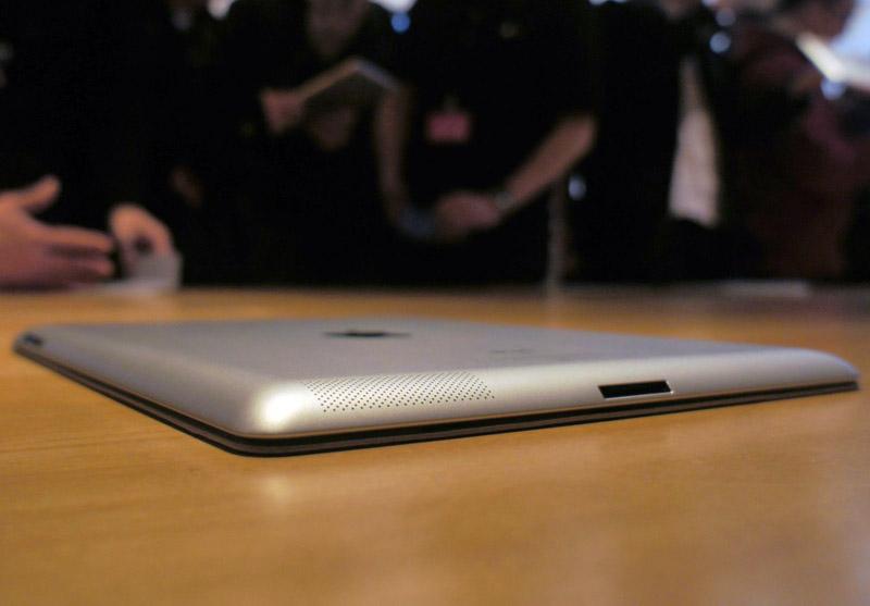 真横から見たiPad 2。底面が完全にフラットになり、全体的により薄くなった。ロゴの位置は以前と同様だ