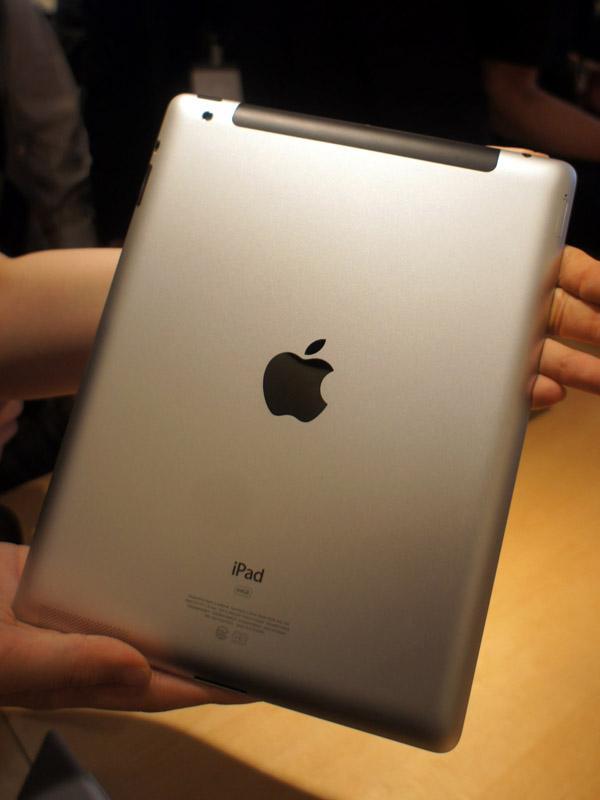 3Gモデルの背面。旧iPad同様、Wi-Fiモデルとの違いは、上部のアンテナカバー。カメラ穴は左側にひっそりと存在する