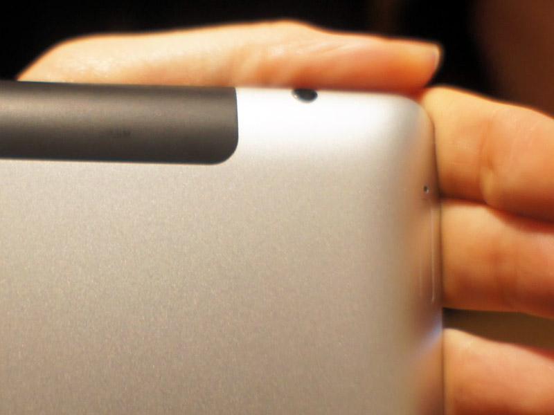 3Gモデルの右上。マイクロSIMスロットが、カーブの中に配置されている。言われなければ気がつかないかも