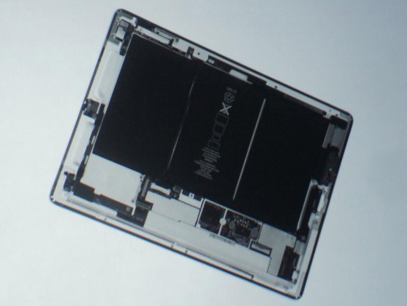 会見内で流されたデモビデオからのヒトコマ。iPad 2の内部構造が示されているが、iPadに比べバッテリー部(黒く表示されたところ)の面積が大きくなっている