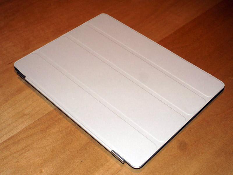 完全に重ねてしまった場合、ディスプレイだけをきれいにカバーしてくれる。裏側はマイクロファイバー仕上げなので、動かすと指紋や汚れがとれる