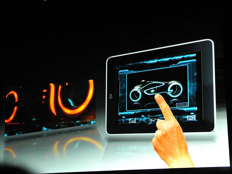 劇中に登場しているバイクを好きな角度から眺められるなど、iPadの操作性を活用したコンテンツも