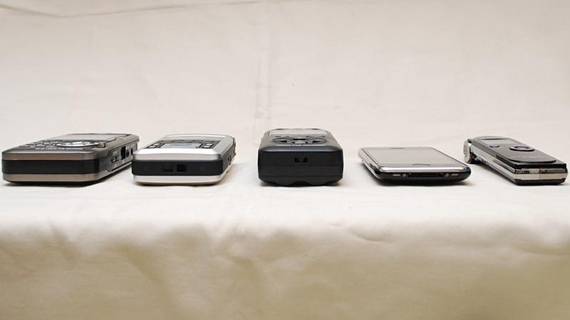 他のレコーダなどと比較。左からTASCAM DR-2d、Roland R-05、TASCAM DR-05、iPhone 3GS、YAMAHA POCKETRAK C24