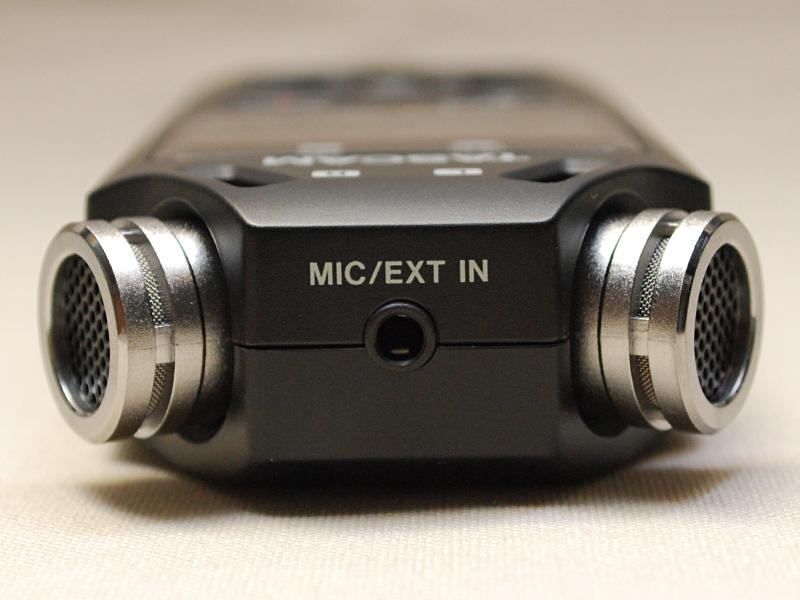 外部マイクやライン入力も可能で端子は2つのマイクの間に配置