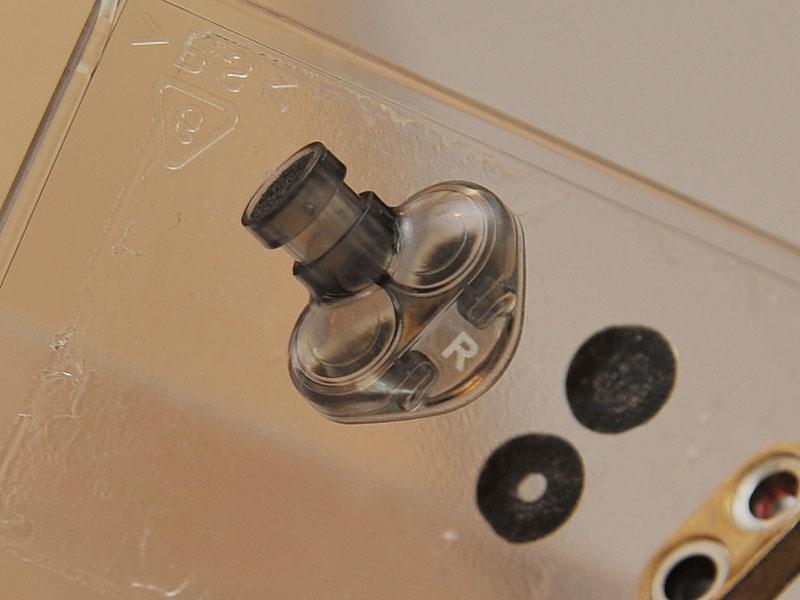 <FONT size=2>分解したところ。2基のユニットから放出された音が、ノズルを通り重なって耳に届くようになっている</FONT>