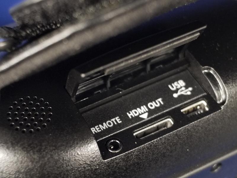 グリップ部の下にHDMIなどのデジタル系端子がある
